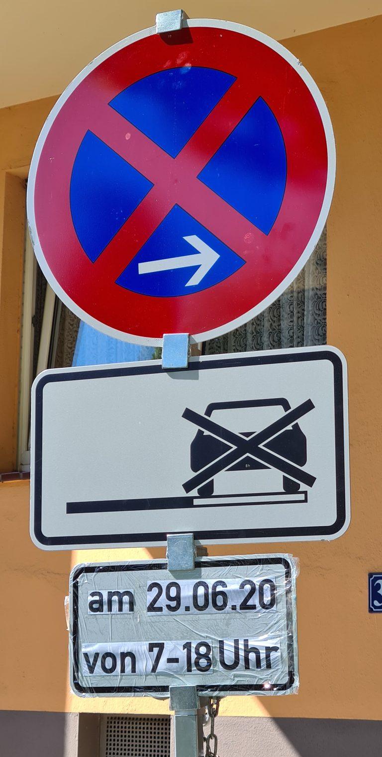 Verkehrsschilder für eine Halteverbotszone